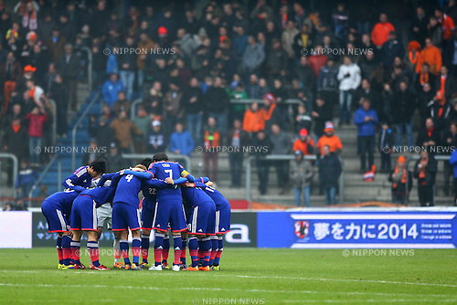 Japan team group (JPN),<br /> NOVEMBER 16, 2013 - Football / Soccer :<br /> Japan players make a circle before the start of the second half during the international friendly match between Japan 2-2 Netherlands at Cristal Arena in Genk, Belgium. (Photo by Kenzaburo Matsuoka/AFLO)