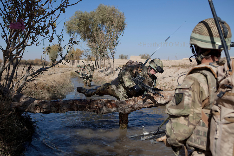 Mcc0027461 . Daily Telegraph..Paratroopers from 5 platoon, B coy 3 Para on patrol out of PB Washiran in northern Nad e Ali....Helmand 26 November 2010