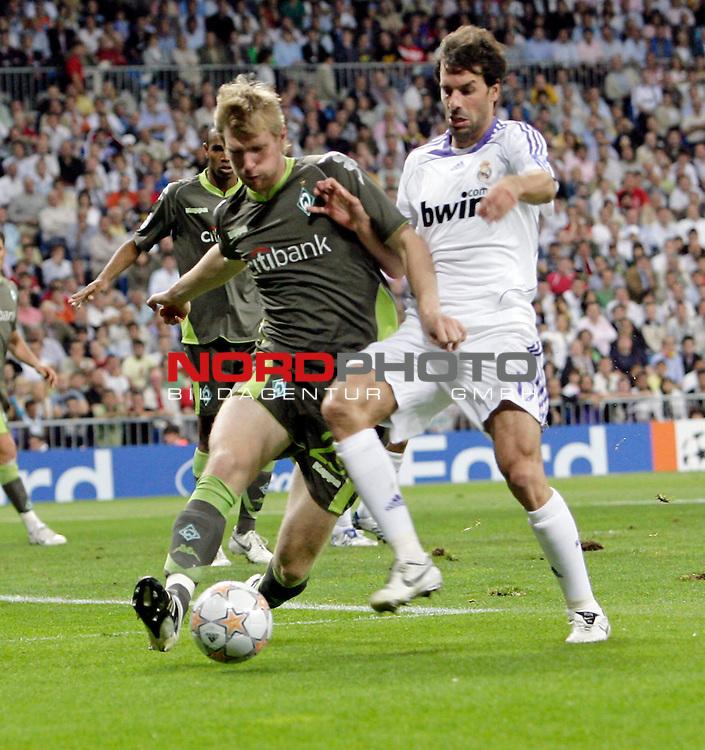 UEFA  Champions League  2007/2008 Gruppe C <br />1. Gruppenspiel - SANTIAGO BERNABEU Stadion Madrid<br /><br />REAL MADRID - WERDER BREMEN <br /><br />Zweikampf zwischen Per Mertesacker ( Bremen GER #29 ) gegen Ruud van Nistelrooy (Madrid NED #17)<br /><br /><br />Foto &copy; nph (  nordphoto  )<br /><br /><br /><br /> *** Local Caption ***