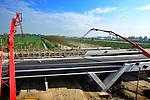 DE MEERN - In De Meern/Oudenrijn storten medewerkers van Van Wijk Beton en Waterbouw uit Nieuwegein met hulp van twee pompen het laatste beton voor een nieuwe busbaanbrug. De busbaan Rijnvliet wordt een belangrijke schakel in het stedelijk netwerk van Hoogwaardig Openbaar Vervoer (HOV)-banen. Het viaduct dat lijkt te rusten op grote betonnen V's is technisch ontworpen door IBU. COPYRIGHT TON BORSBOOM