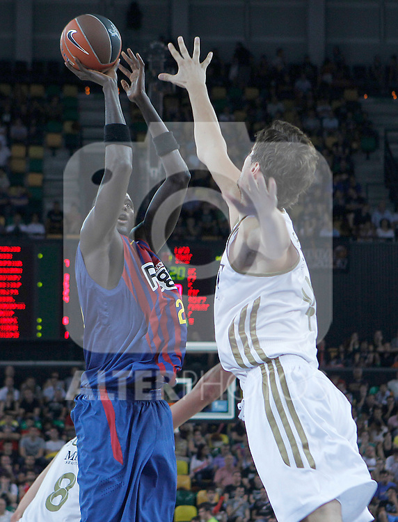 FC Barcelona Regal's Boniface Ndong (l) and Real Madrid's Ante Tomic during Supercopa ACB Semifinal match.September 30,2011. (ALTERPHOTOS/Acero)