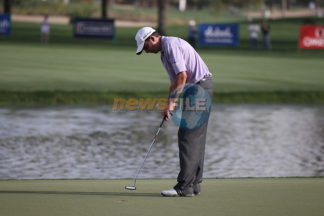 Peter Lawrie (IRL) putts on the 9th green during Thursday's Round 1 of the 2012 Omega Dubai Desert Classic at Emirates Golf Club Majlis Course, Dubai, United Arab Emirates, 9th February 2012(Photo Eoin Clarke/www.golffile.ie)