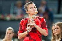 Simona Halep with championship award during WTA Finals Mutua Madrid Open Tennis 2016 in Madrid, May 07, 2016. (ALTERPHOTOS/BorjaB.Hojas) /NortePhoto.com