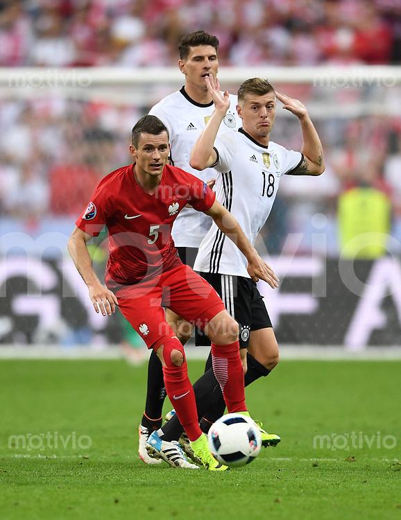 FUSSBALL EURO 2016 GRUPPE C IN PARIS Deutschland - Polen    16.06.2016 Krzysztof Maczynski (li, Polen) gegen Mario Gomez (hinten) und Toni Kroos (re, beide Deutschland)