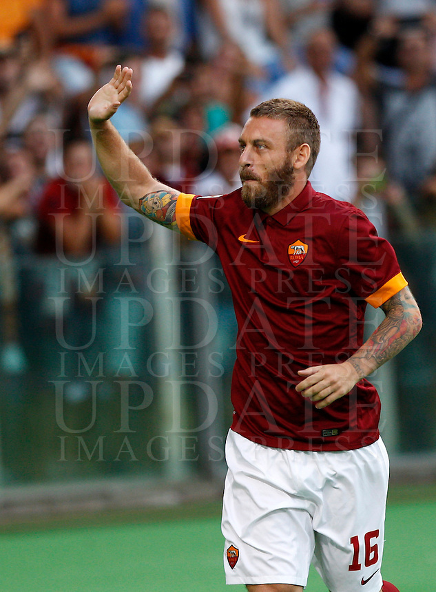 Calcio, amichevole Roma vs Fenerbahce. Roma, stadio Olimpico, 19 agosto 2014.<br /> Roma midfielder Daniele De Rossi waves to fans as he arrives for the team's presentation, prior to the friendly match between AS Roma and Fenerbahce at Rome's Olympic stadium, 19 August 2014.<br /> UPDATE IMAGES PRESS/Riccardo De Luca