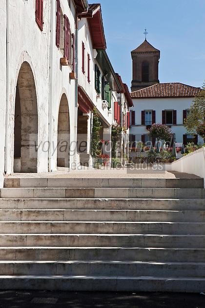 Europe/France/Aquitaine/64/Pyrénées-Atlantiques/Pays-Basque/La Bastide-Clairence: La Place des Arceaux et ses maisons à colombages de style labourdin et l' église Notre-Dame de l'Assomption
