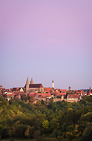 Germany, Bavaria, Middle Franconia, Rothenburg ob der Tauber: skyline at dusk with parish church St. Jacob's twin-towers and the townhall's Gothic tower | Deutschland, Bayern, Mittelfranken, Rothenburg ob der Tauber: Skyline zur Abenddaemmerung mit den Zwillingstuermen der evangelisch-lutherischen Stadtpfarrkirche St. Jakob und dem gotischen Turm des Rathauses