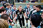 Stockholm 2014-03-02 Handboll Elitserien Hammarby IF - Ystads IF :  <br /> Hammarbys tr&auml;nare Kalle Matsson i aktion under en timeout med Hammarbys spelare<br /> (Foto: Kenta J&ouml;nsson) Nyckelord:  Ystad Bajen HIF tr&auml;nare manager coach