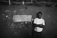 Mozambico, distretto di Chure. Maestro di scuola elementare e lavagna di corteccia d'albero