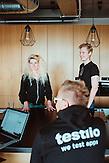 Kristel Viidik von Testlio und Kollegen in ihrem Büro im Kreativviertel Telliskivi, Tallinn, Estland. Die Firma testet Apps und andere digitale Produkte auf Fehler.