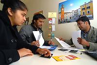 Collecchio (Parma) Italia – Sportello di consulenza per rifugiati tenuto da un mediatore culturale dell'Onlus CIAC presso gli Uffici del Comune.<br /> Foto Livio Senigalliesi