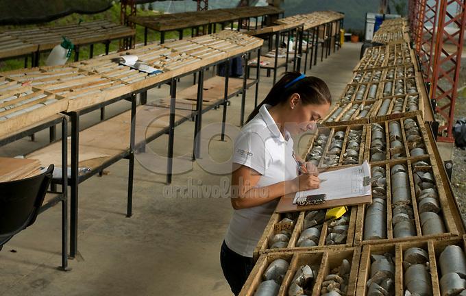 Logeo de muestras obtenidas en perforación, Marmato, Caldas, Colombia..