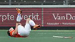 AMSTELVEEN - HOCKEY - Blessure voor Wouter Jolie van Bloemendaal tijdens de hoofdklasse hockeywedstrijd tussen de mannen van Amsterdam en Bloemendaal (3-3). COPYRIGHT KOEN SUYK