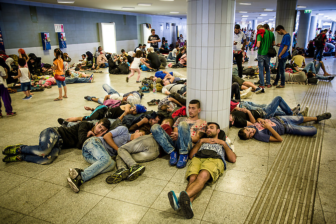People rest and gather in the underpass in front of Keleti Railway station as the station is blocked for immigrant travelers.// Situation nach der Räumung der Flüchtlinge  am Keleti Bahnhof in Budapest //  Situation at the Keleti Railwaystation in Budapest Hungary 01.09.2015