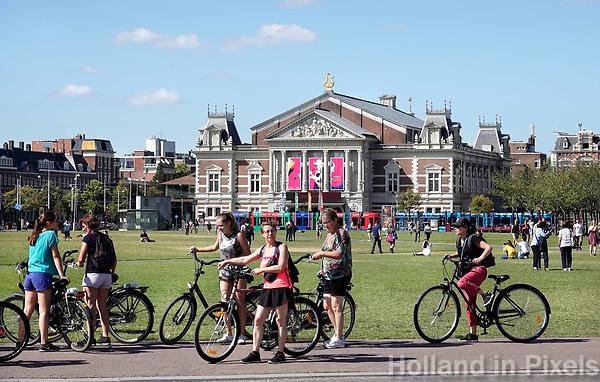 Nederland - Amsterdam - 2018. Toeristen op de fiets op het Museumplein. Foto Berlinda van Dam / Hollandse Hoogte.