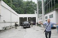 Rio de jeneiro Ex Gorverndor Sergio Cabral preso pela polícia Federal chega no IML para fazer corpo de lito depois segue para presídio de Bangu na zona oeste Foto : Celso Barbosa /Brazil Photo Press RIO DE JANEIRO,RJ , 17.11.2016 - SERGIO-CABRAL - O ex-governador do Rio de Janeiro Sergio Cabral (PMDB) deixa o carro da Polícia Federal no Instituto Médico-Legal (IML), no Rio de Janeiro, para onde foi levado para ser submetido a exame de corpo de delito e depois seguiu para presídio de Bangu na zona oeste da cidade do Rio de Janeiro nesta quinta-feira, 17. (Foto : Celso Barbosa /Brazil Photo Press/Folhapress)