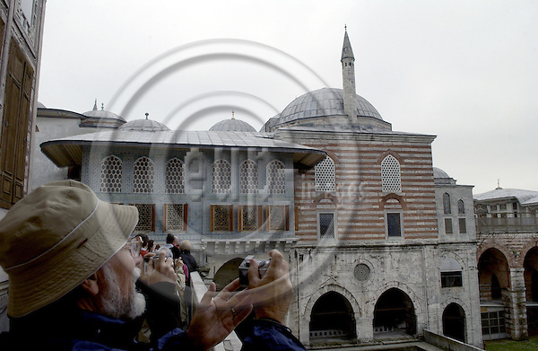 Istanbul-Turkey - 09 April 2006---Topkapi Sarayi / Palace: tourists / visitors looking into the harem's court---culture, architecture---Photo: Horst Wagner / eup-images