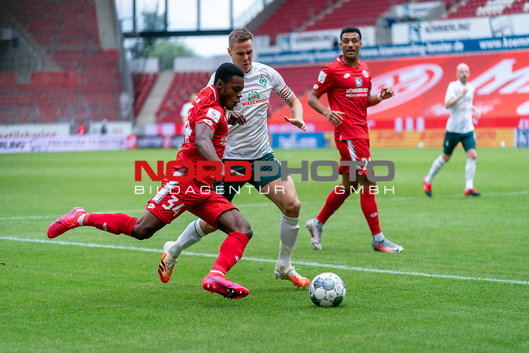 Ridle Baku (FSV Mainz 05 #34), Niklas Moisander (Werder Bremen #18 Kapitaen)<br /> <br /> <br /> Sport: nphgm001: Fussball: 1. Bundesliga: Saison 19/20: 33. Spieltag: 1. FSV Mainz 05 vs SV Werder Bremen 20.06.2020<br /> <br /> Foto: gumzmedia/nordphoto/POOL <br /> <br /> DFL regulations prohibit any use of photographs as image sequences and/or quasi-video.<br /> EDITORIAL USE ONLY<br /> National and international News-Agencies OUT.