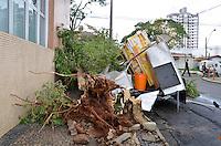 RIO DE JANEIRO, 21.07.2013 - Um temporal acompanhado de granizo ocorrido na tarde de ontem (21) causou estragos em Piracicaba (SP). Moradores contabilizam nesta segunda-feira os estragos em ruas e avenidas da região central, que foram as mais afetadas. A tormenta derrubou árvores, muros e destelhou casas. (PHOTO: MAURICIO BENTO / BRAZIL PHOTO PRESS).