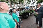 Foto: VidiPhoto<br /> <br /> NIJMEGEN - Agrariërs van de boerenorganisatie ZLTO en vertegenwoordigers van het Marikenhuis in Nijmegen (opvang kankerpatiënten) hebben dinsdag een bos gladiolen overhandigd aan burgemeester Brul van Nijmegen. Een boerenkar getrokken door de 16 jaar oude melkkoe Leentje, volgeladen met bossen gladiolen en begeleid door een evenzo volle bakfiets, trok de stad in om de gladiolen voor het goede doel aan de man te brengen. De gladiolen zijn voor een zacht prijsje gekocht van een bloemenkweker uit het Brabantse Odiliapeel. Nu de Vierdaagse dit jaar vanwege de coronacrisis niet doorgaat proberen gladiolenkwekers hun bloemen op een andere manier aan de man te brengen.