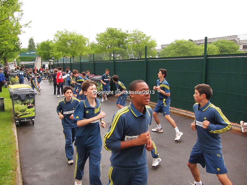 30-05-13, Tennis, France, Paris, Roland Garros, Ballkids doing warmingup