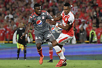 BOGOTA - COLOMBIA, 28-01-2018: William Tesillo (Der) jugador de Independiente Santa Fe disputa el balón con Cristian Dajome (Izq) jugador del América de Cali durante partido por la final del Torneo Fox Sports 2018jugado en el estadio Nemesio Camacho El Campin de la ciudad de Bogotá. / William Tesillo (R) player of Independiente Santa Fe fights for the ball with Cristian Dajome (L) player of America de Cali during match for the final of the Fox Sports  Tournament 2018  played at Nemesio Camacho El Campin Stadium in Bogota city. Photo: VizzorImage / Gabriel Aponte / Staff.