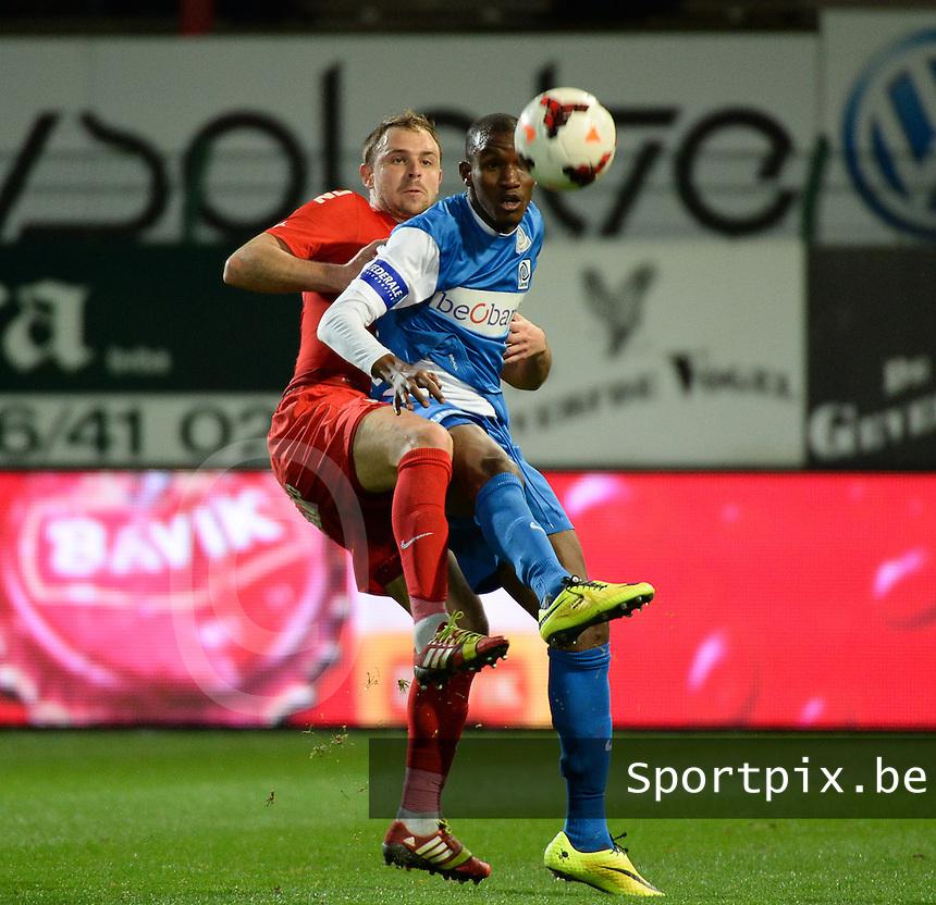 KV Kortrijk - Racing Genk : duel tussen Baptiste Martin (l) en Sekou Ciss&eacute; (r)<br /> foto VDB / BART VANDENBROUCKE