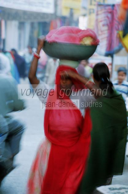 Asie/Inde/Rajasthan/Udaipur: Marché Bara Bazar - Femme indienne rentrant du marché