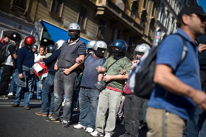 """Alcuni manifestanti si preparano agli scontri. durante la manifestazione """"Occupy Wall Street"""" di Roma"""