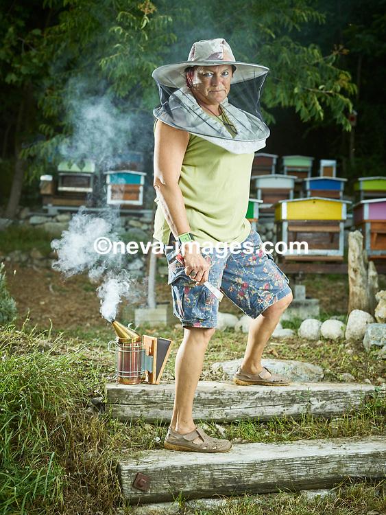 Fully, le 24 août 2017, l' apicultrice valaisanne, Huguette Carron, dans ses ruchers<br /> © sedrik nemeth