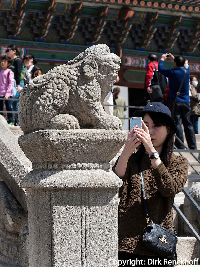 Steinterrasse der Thronhalle Geunjeongmun im Palast  Gyeongbukgung in Seoul, S&uuml;dkorea, Asien<br /> Stone terrace of throne hall Geunjeongmun  in palace Gyeongbukgung in Seoul, South Korea, Asia