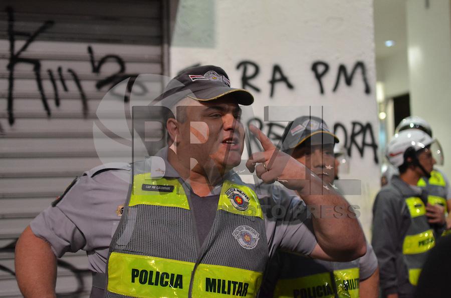 SAO PAULO, SP, 01 DE AGOSTO DE 2013 - PROTESTO ALCKMIN - Policial exibe ferimento na boca apos ser agredido por manifestante durante protesto contra o governador Geraldo Alckmin, na Avenida Paulista, na noite desta quinta feira, 01. Os manifestantes agrediram policias e atacaram a drogaria Onofre, na esquina da Avenida Paulista com a Rua Bela Cintra. (FOTO: ALEXANDRE MOREIRA / BRAZIL PHOTO PRESS)