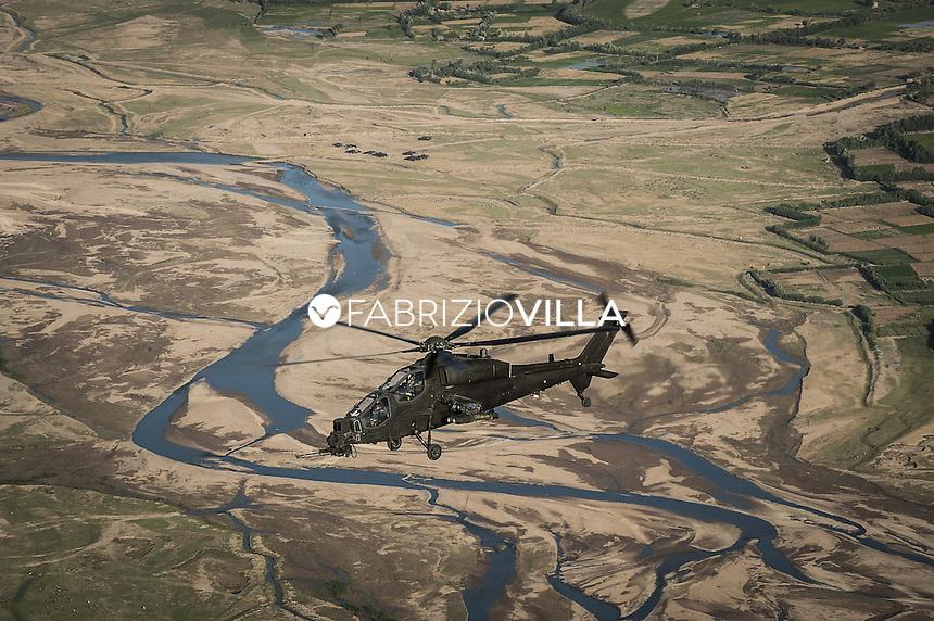 """Afghanistan. Gli elicotteri A129 """"Mangusta"""" dell'Aviazione dell'Esercito italiano hanno varcato la soglia delle 10.000 ore di volo effettuate nei cieli dell'Afghanistan da quando, nella primavera del 2007, sono stati rischierati a Herat nell'ambito della missione ISAF. Appartengono alla Task Force """"Fenice"""", la componente ad ala rotante su base 7° Reggimento AV.ES. """"Vega"""" di Rimini agli ordini del colonnello pilota Giuseppe Potenza."""