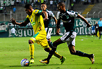 PALMIRA - COLOMBIA - 23 - 03 - 2018: Jhon Edison Mosquera (Der.) jugador de Deportivo Cali disputa el balón con Sebastian Gomez (Izq.) jugador de Leones F. C., durante partido entre Deportivo Cali y Leones F. C., de la fecha 10 por la liga Aguila I 2018, jugado en el estadio Deportivo Cali (Palmaseca) en la ciudad de Palmira. / Jhon Edison Mosquera (R) player of Deportivo Cali vies for the ball with Sebastian Gomez (L) player of Leones F. C., during a match between Deportivo Cali and Leones F. C., of the 10th date for the Liga Aguila I 2018, at the Deportivo Cali (Palmaseca) stadium in Palmira city. Photo: VizzorImage  / Nelson Rios / Cont.