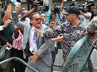 STO41. SANTO DOMINGO (REPÚBLICA DOMINICANA), 16/05/2017.- Agentes de la Policía Nacional discuten con diputados opositores hoy, lunes 16 de mayo de 2017, en Santo Domingo (República Dominicana). La Policía Nacional dominicana impidió la instalación de un campamento que varios movimientos ciudadanos pretendían montar frente a la Procuraduría General de la República (PGR) para exigir que se haga pública la documentación sobre los sobornos de la constructora Odebrecht en el país. EFE/STR