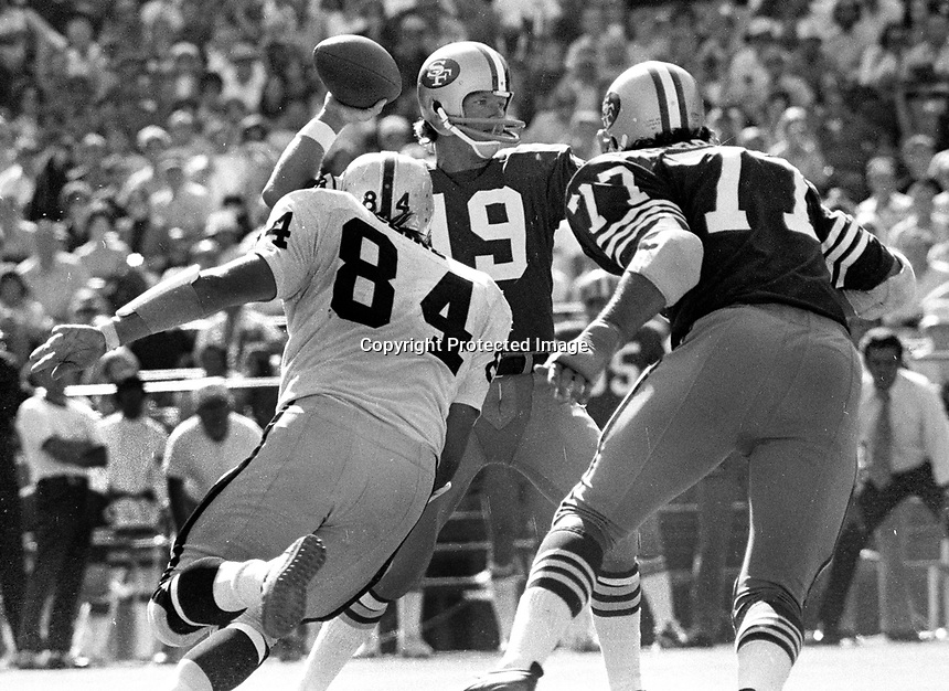 San Francisco 49er QB Joe Reed, Raiders Tony Cline.<br />(1972 photo/Ron Riesterer)