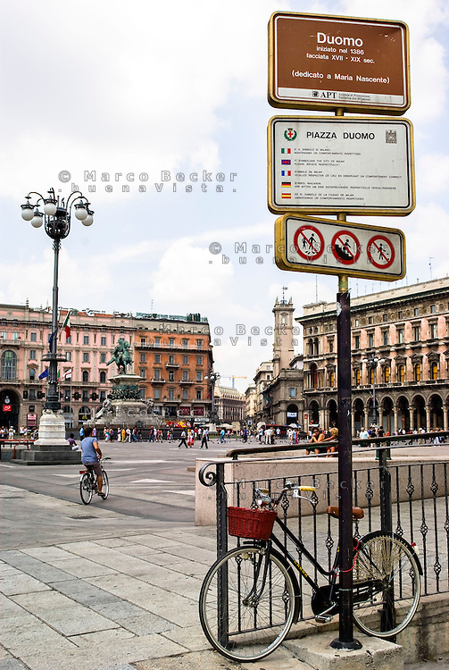 Milano, piazza del Duomo. Cartello turistico informativo --- Milan, Cathedral Square. Tourists information sign