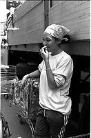 Genova 20 Luglio 2001.G8.Disobbedienti, una ragazza addetta al rifornimento di acqua