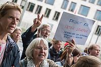 """Kundgebung vor der tuerkischen Botschaft in Berlin fuer die Freilassung inhaftierter Menschenrechtlsaktivisten.<br /> Die tuerkische Menschenrechtsaktivistin Mitbegruenderin der tuerkischen Sektion von Amnesty International Oezlem Dalkiran und wurde zusammen mit dem deutschen Peter Steudtner und acht weiteren Menschenrechtsaktivisten am 5. Juli 2017 in Istanbul festgenommen. Seitdem sitzen die zehn Buergerrechtler wegen """"Unterstuetzung einer Terrororganisation"""" in Untersuchungshaft. Was fuer eine Organisation dies sein soll wird nicht bekannt gegeben.<br /> Die Kundgebungsteilnehmer vor der tuerkischen Botschaft forderten die Freilassung von Oezlem Dalkiran und den anderen Menschenrechtsaktivisten.<br /> Im Bild: Ein Mitglied der Getsehmane-Gemeinde fordert die Freilassung ihres Gemeindemitglieds Peter Steudtner. <br /> 25.7.2017, Berlin<br /> Copyright: Christian-Ditsch.de<br /> [Inhaltsveraendernde Manipulation des Fotos nur nach ausdruecklicher Genehmigung des Fotografen. Vereinbarungen ueber Abtretung von Persoenlichkeitsrechten/Model Release der abgebildeten Person/Personen liegen nicht vor. NO MODEL RELEASE! Nur fuer Redaktionelle Zwecke. Don't publish without copyright Christian-Ditsch.de, Veroeffentlichung nur mit Fotografennennung, sowie gegen Honorar, MwSt. und Beleg. Konto: I N G - D i B a, IBAN DE58500105175400192269, BIC INGDDEFFXXX, Kontakt: post@christian-ditsch.de<br /> Bei der Bearbeitung der Dateiinformationen darf die Urheberkennzeichnung in den EXIF- und  IPTC-Daten nicht entfernt werden, diese sind in digitalen Medien nach §95c UrhG rechtlich geschuetzt. Der Urhebervermerk wird gemaess §13 UrhG verlangt.]"""