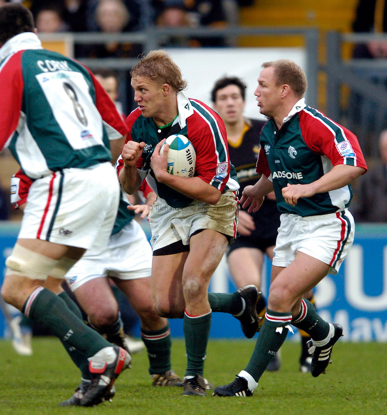 Photo: Richard Lane..London Wasps v Leicester Tigers. Heineken Cup. 05/12/2004..Lewis Moody attacks.
