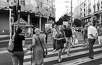 Belgrado, gente su un  attraversamento pedonale in centro città --- Belgrade. People on a crosswalk in downtown