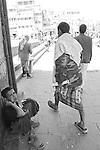 Qat addicted in yemen. Qat is a light drug, in green leaves. Men use to chew and keep in mouth from afternoon to late evening. Used to heal hunger pains and stun, qat has become a social problem becouse one third of family incomes goes to qat purchases. Sana, San'a, Sanaa. la perla d'Arabia, Arabian Pearl consumatori di qat. il qat è una droga leggera. Si presenta in piccole foglie verdi, che vengono masticate e tenute, sotto forma di bolo, in bocca, per molte ore. Usato tradizionalmente per alleviare i morsi della fame e la fatica, è diventata una vera piaga sociale, assorbendo un terzo delle risorse economiche delle famiglie yemenite.