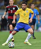 FUSSBALL WM 2014                HALBFINALE Brasilien - Deutschland          08.07.2014 Fred (Brasilien) am Ball