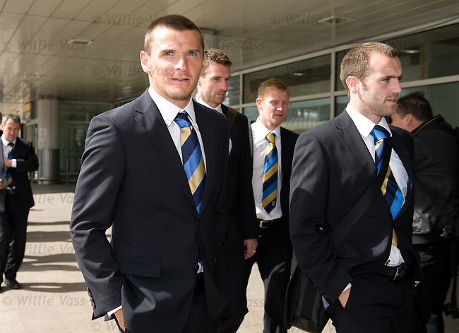 Lee McCulloch and James McFadden at Glasgow airport