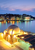 Greece, Crete, Chania: View over Harbour & Mosque at Night | Griechenland, Kreta, Chania: Venezianischer Hafen und Moschee am Abend