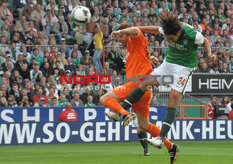 FBL 09/10  07. Spieltag Hinrunde / Weser Stadion<br /> Werder Bremen - Mainz05<br /> <br /> 3:0 durch Claudio Pizarro ( Bremen #24 ) per Kopfball gegen Zsolt L&ouml;w (Mainz #24) -<br /> <br /> <br /> Foto &copy; nph ( nordphoto )