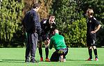 Stockholm 2014-08-30 Fotboll Superettan Hammarby IF - Tr&auml;ning :  <br /> Daniel Theorin f&aring;r sitt v&auml;ntar lindat med en isp&aring;se av Hammarbys sjukgymnast Mikael Klotz under Hammarbys tr&auml;ning p&aring; &Aring;rsta IP l&ouml;rdag den 30 augusti<br /> (Foto: Kenta J&ouml;nsson) Nyckelord:  Tr&auml;ning Tr&auml;na &Aring;rsta IP Hammarby Bajen skada skadan ont sm&auml;rta injury pain