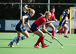 AMSTELVEEN  - Lisanne de Lange (Lar) met Pamela Raaff (Pin)  , hoofdklasse hockeywedstrijd dames Pinole-Laren (1-3). COPYRIGHT  KOEN SUYK