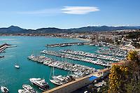 Spain, Costa Blanca, Javea: View over yacht marina and turquoise water | Spanien, Costa Blanca, Javea oder auf valencianisch Xàbia: Yachthafen