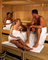 Mann und zwei junge Frauen in der Sauna, lachen, flirten | man and two young women having a sauna, smiling, flirting